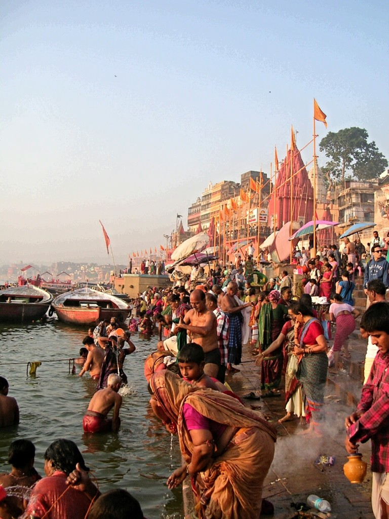 Rituelle Reinigung am Morgen am Ganges in Varanasi