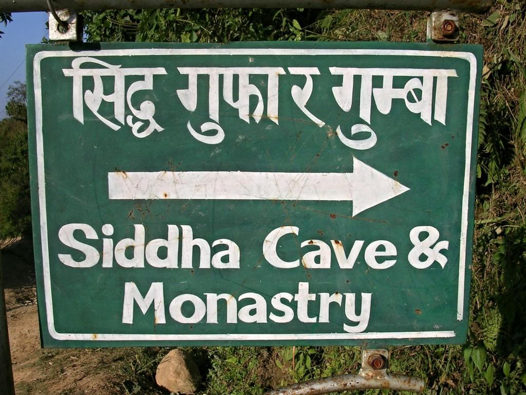 Wegweiser zur Siddha Gufa Höhle & zum Kloster