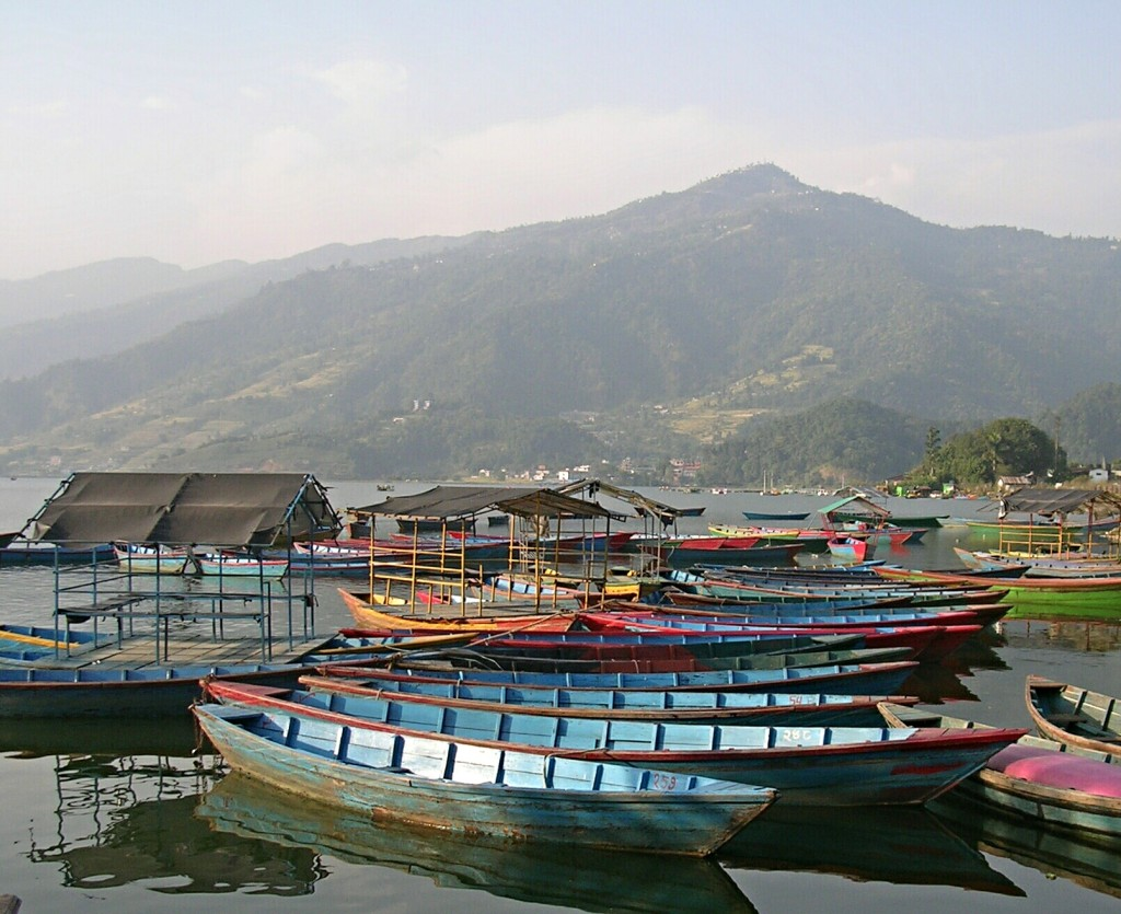 Bunte Boote am Phewa Lake in Pokhara