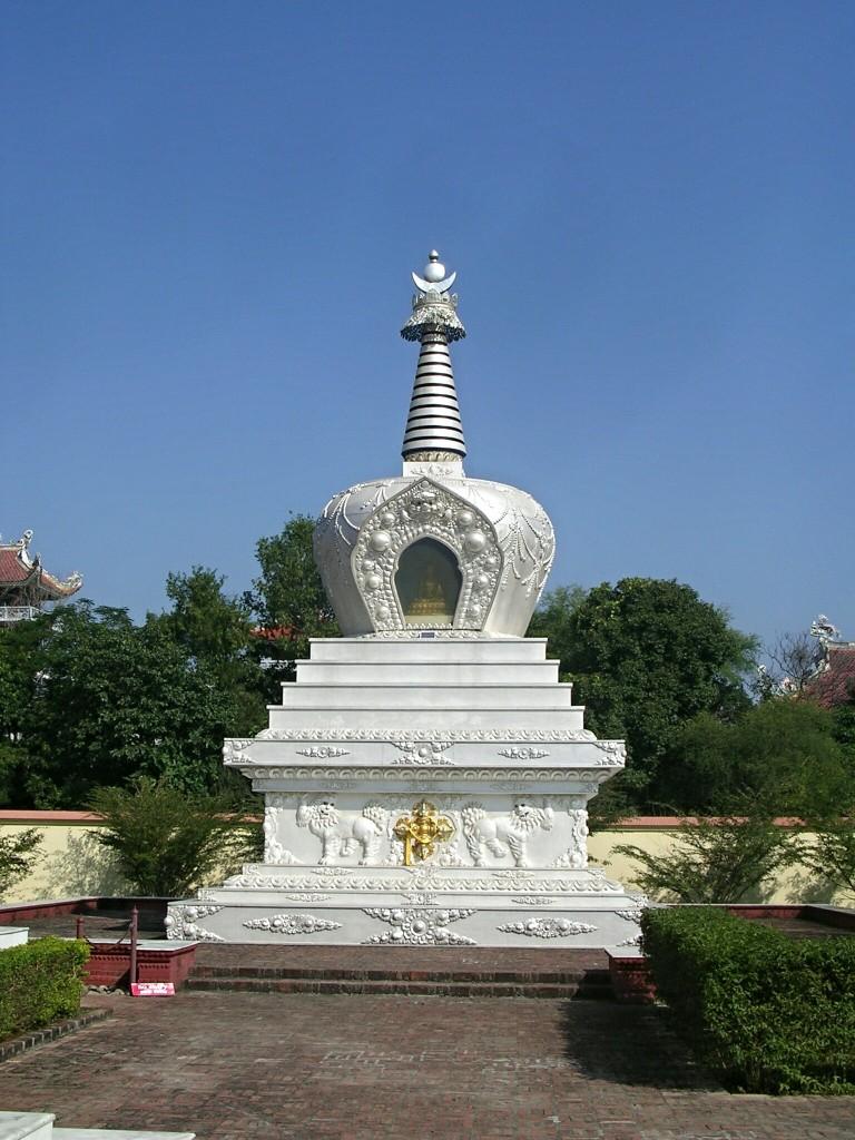 Kleine weiße Stupa in Lumbini