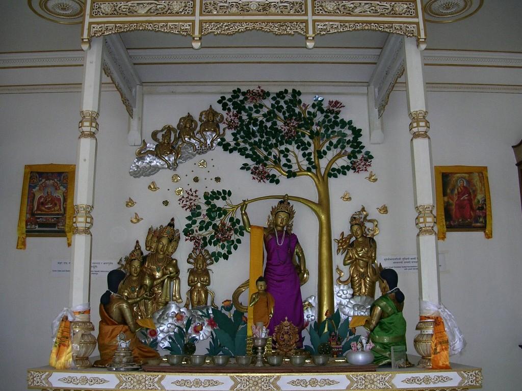 Im Inneren eines Tempels in Lumbini