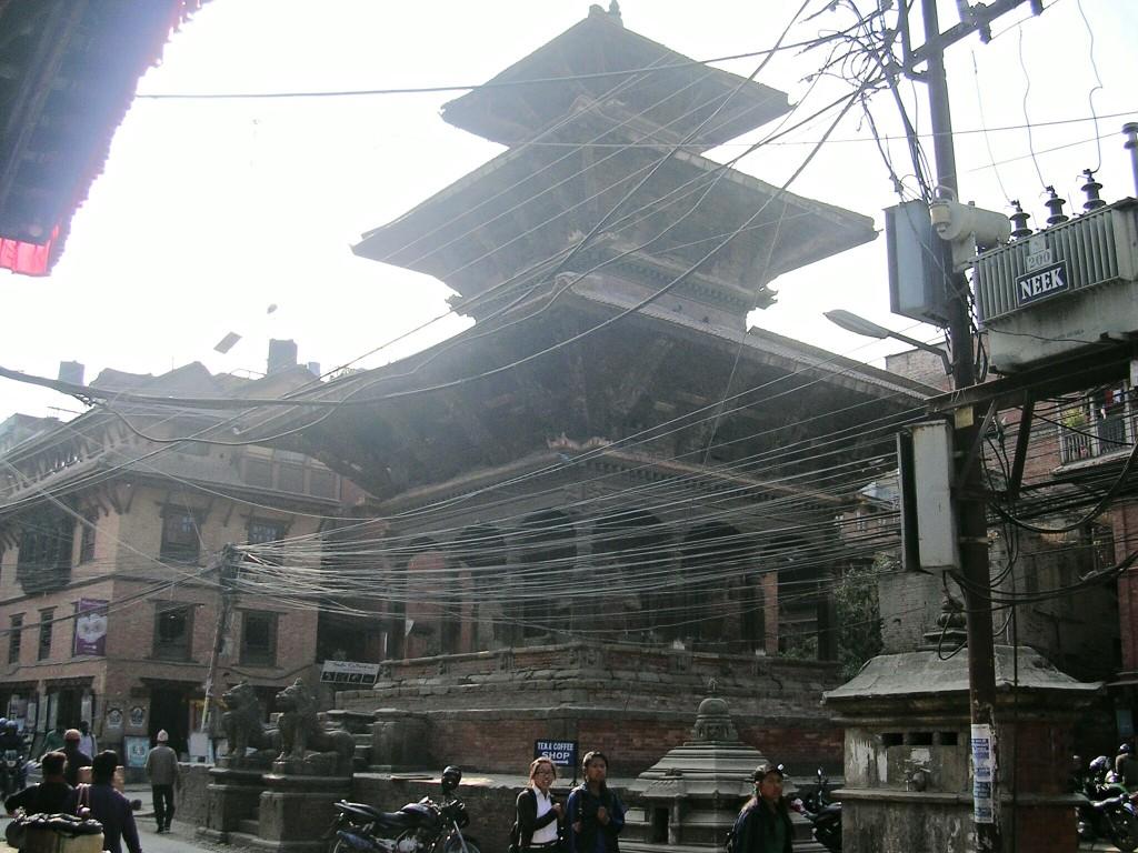 Tempel und Stromkabel in Thamel in Kathmandu