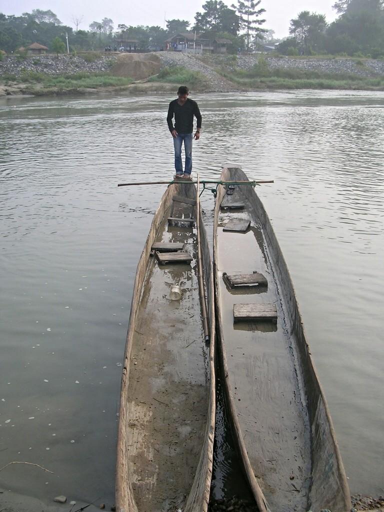 Flussquerung in Booten in Chitwan