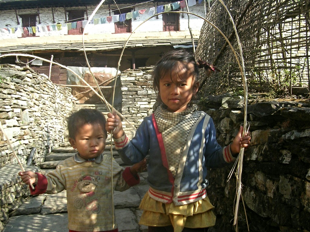 Mädchen und kleiner Bub in Ghandruk