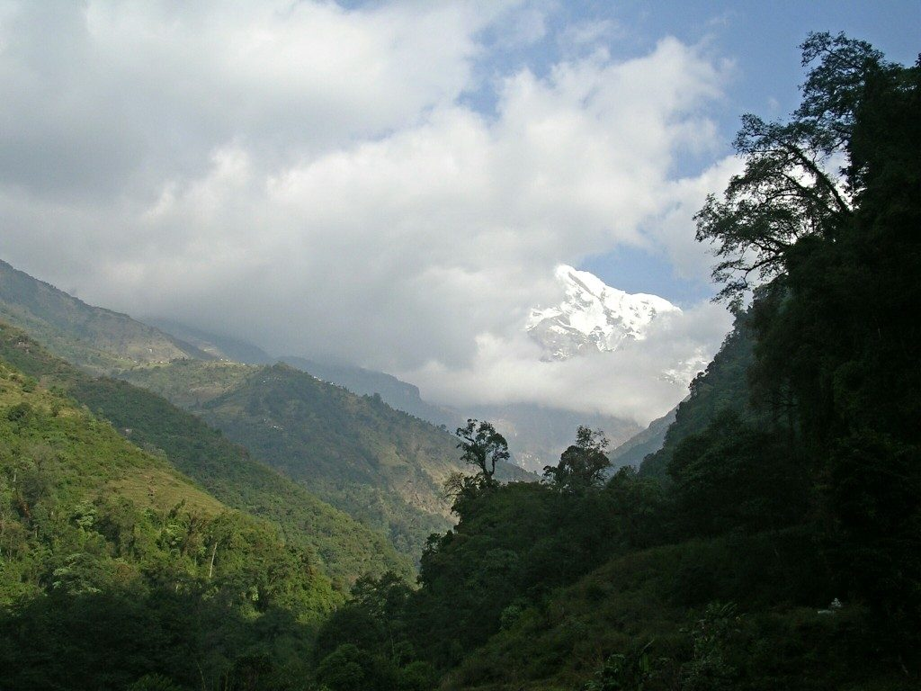 Wolkenverhangener Berg am Annapura Basecamp Trek