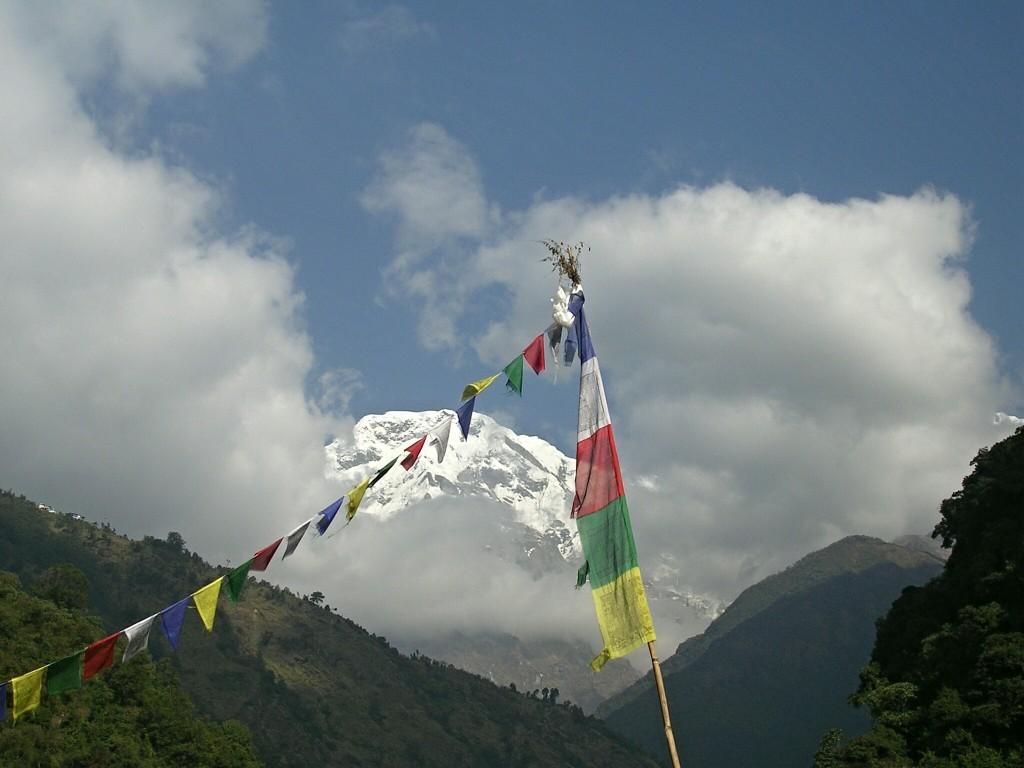 Berg & Tibetfahne in der Annapurna Conservation Area