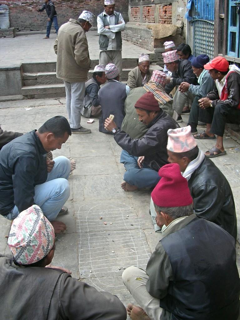 Männer beim Spielen in Bhaktapur