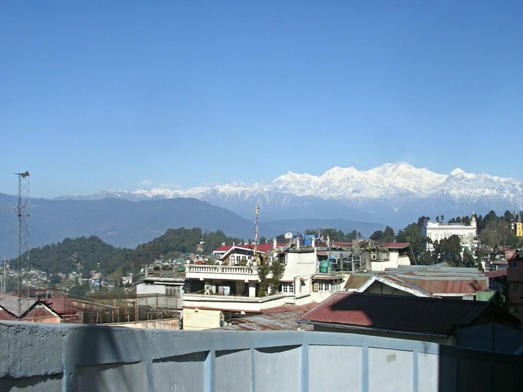 Blick über Darjeeling mit Kanchenjunga