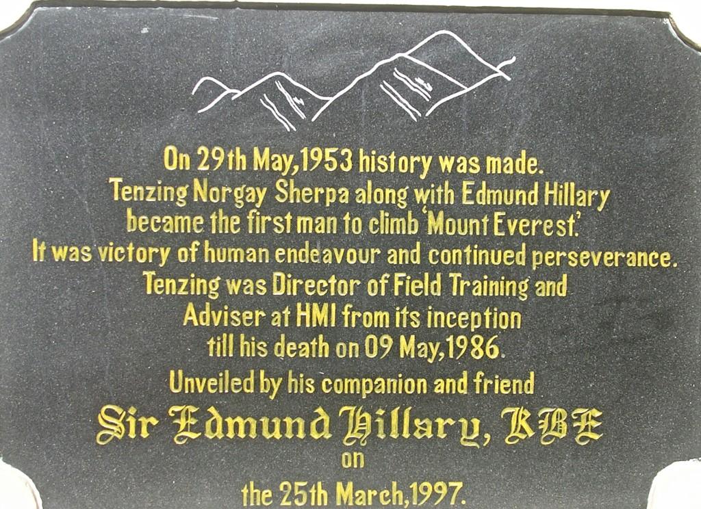 Gedenktafel an Sir Edmund Hillary in Darjeeling