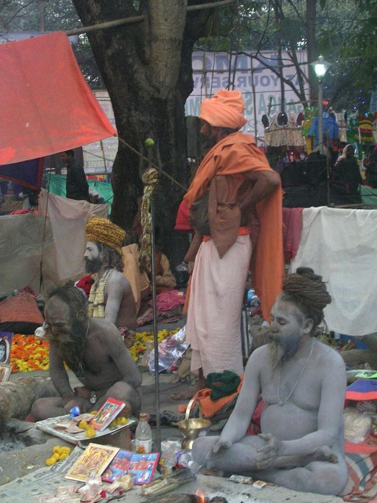Nackte Männer am Ganga Sagar Mela Festival