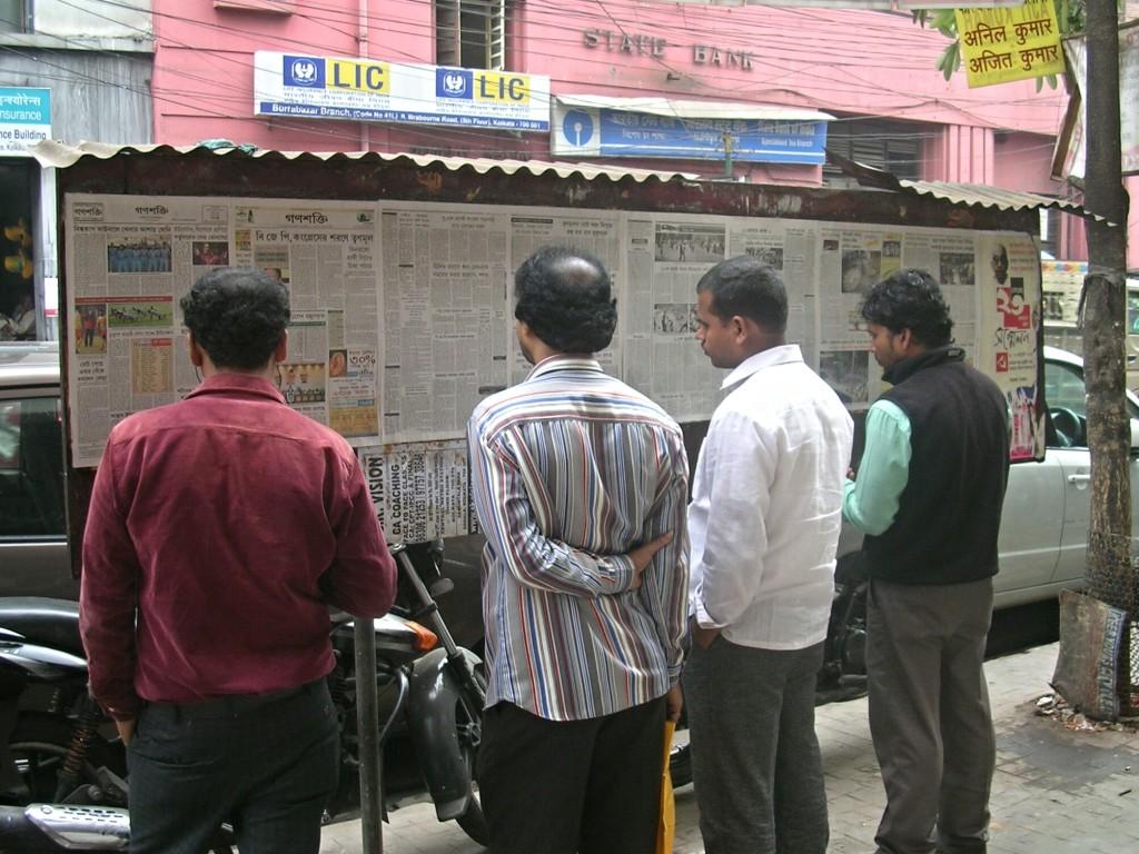 Öffentlicher Zeitungswand in Kalkutta