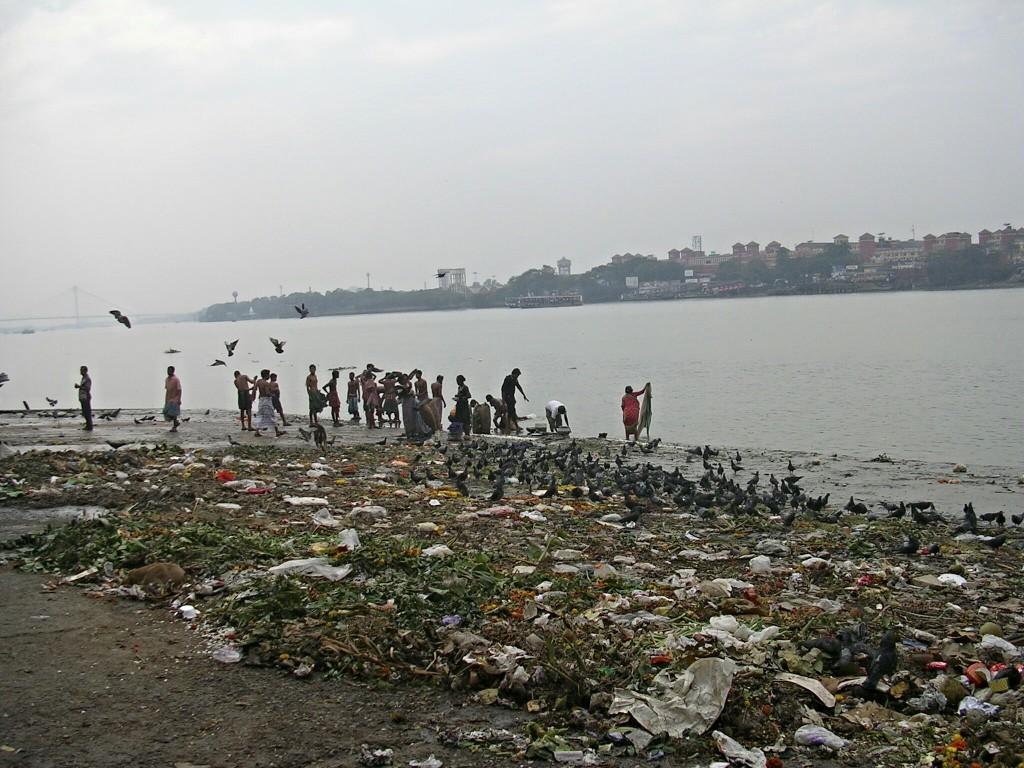Müll & Menschen beim Waschen am Fluss Hugli