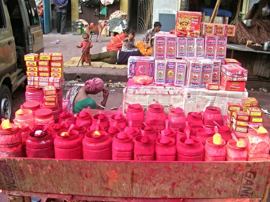 Farbenverkauf vor dem Kalighat Tempel in Kalkutta