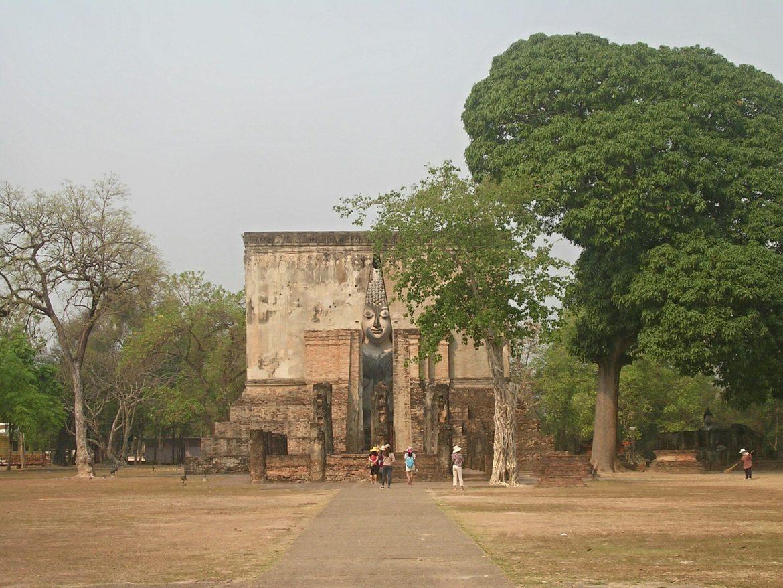 Wat Si Chum Tempel in Sukothai von der Ferne