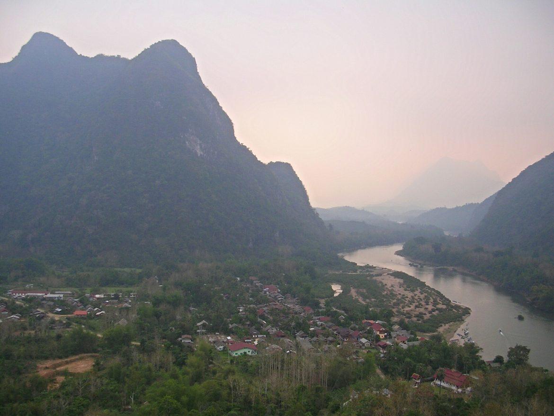 Ausblick vom Berg bei Muang Ngoi Neua