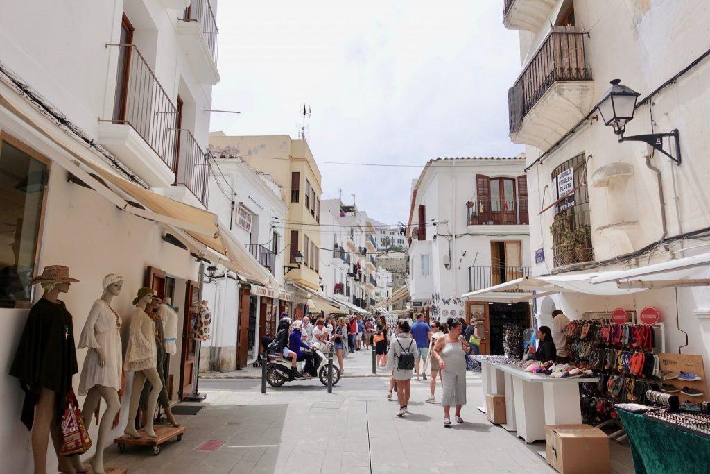 Eine Einkaufsstraße mit weißen Häusern