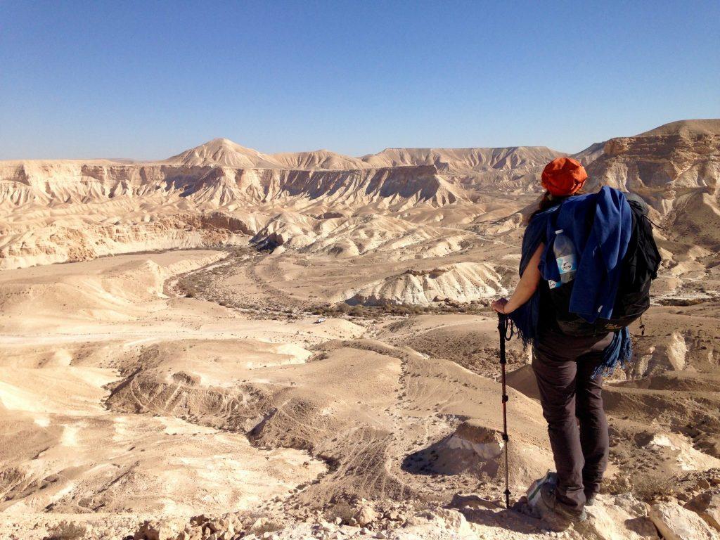 Kraterförmige Wüstenlandschaft, ich stehe rechts im Bild