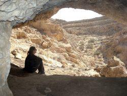 Pause im Schatten einer Höhle im Daroch Canyon