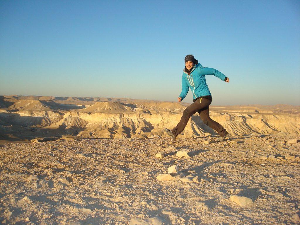 Ich laufe bzw. springe durchs Bild vor dem Hintergrund der Kraterlandschaft