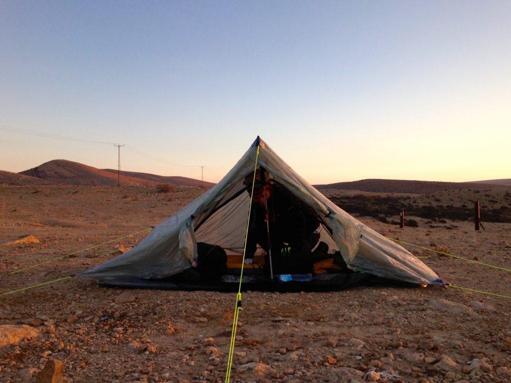 Ein Zelt steht auf einer flachen Ebene
