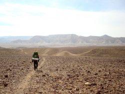 Am Weg durch das Zin Tal beim Wandern in der Wüste Negev