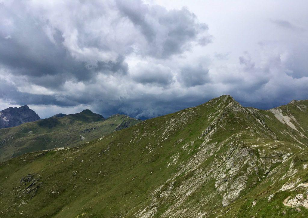 Gewitterwolken hinter dem Berggrat am Karnischen Höhenweg