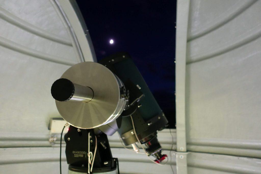 das Teleskop im Oberservatorium zu gehen; die Kuppel ist geöffnet und gibt den Blick auf den Mond frei