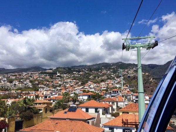 Blick auf Monte während der Seilbahnfahrt