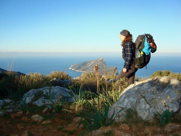 Theresa beim Wandern am GR 221 vor der Insel Dragonera bei Sant Elm