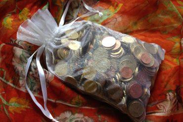 Tipps zum Geld sparen: die gesammelten Münzen nach einem Jahr