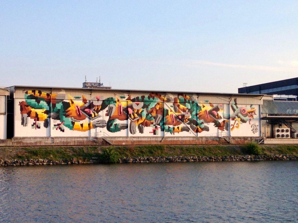 Das Graffiti an der Wand zeigt drei Füchse, die einem Hasen nachjagen.