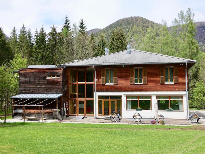 Haus von außen mit Terrasse
