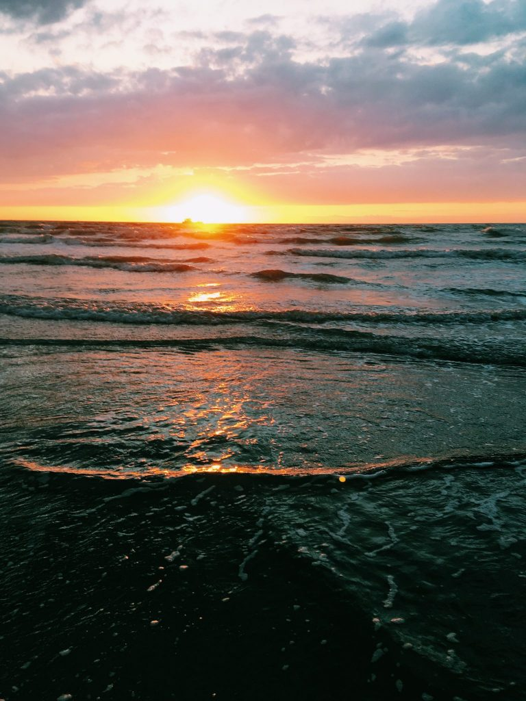 Rotoranger Sonnenuntergang mit Meer
