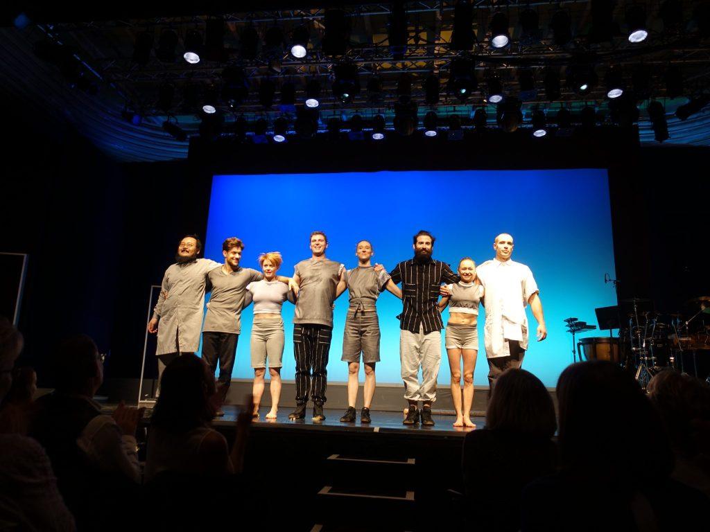 Die 7vArtistInnen und der Percussionist auf der Bühne zum Abschied