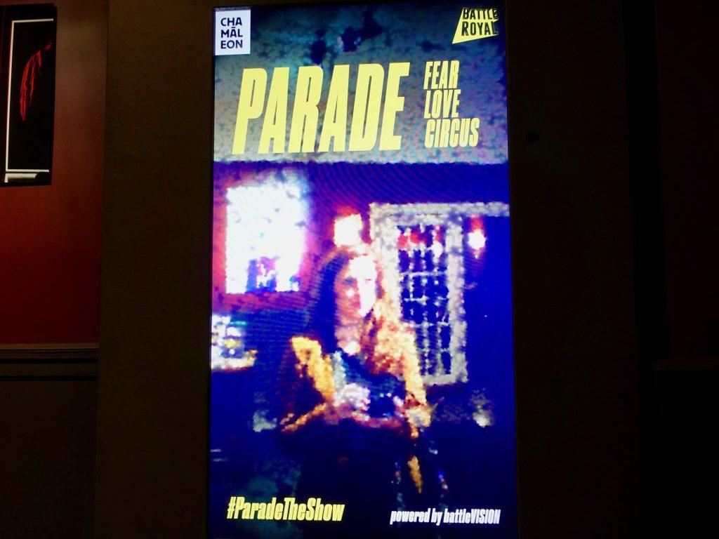 """Interaktive Kunstinstallation im Vorrraum: """"Projiziere dich auf das Plakat"""" des Theatersaals im Chamäleon Theater"""