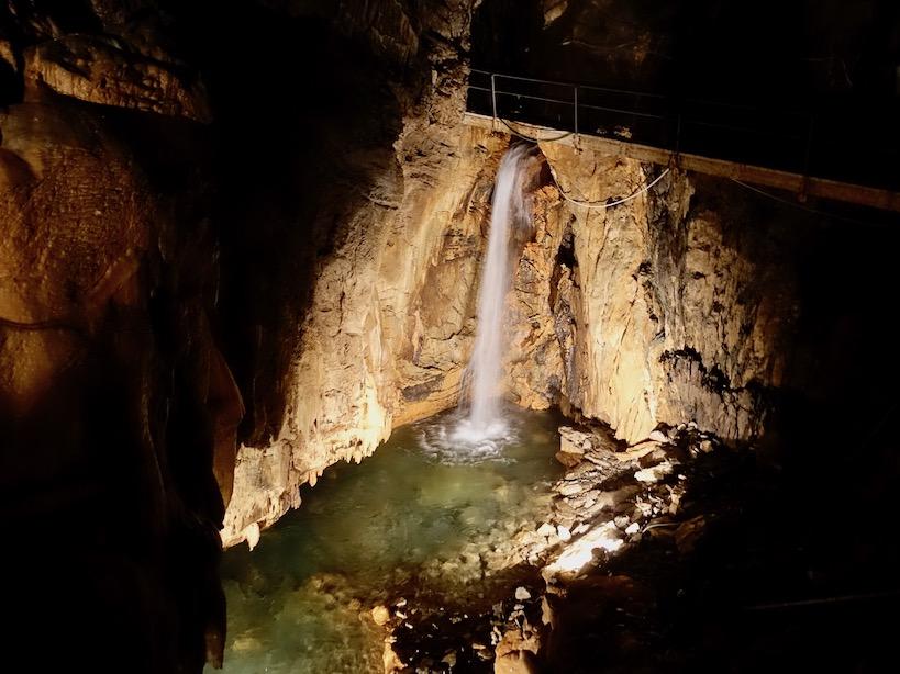 Piemont: Wasserfall in der Grotta di Bossea