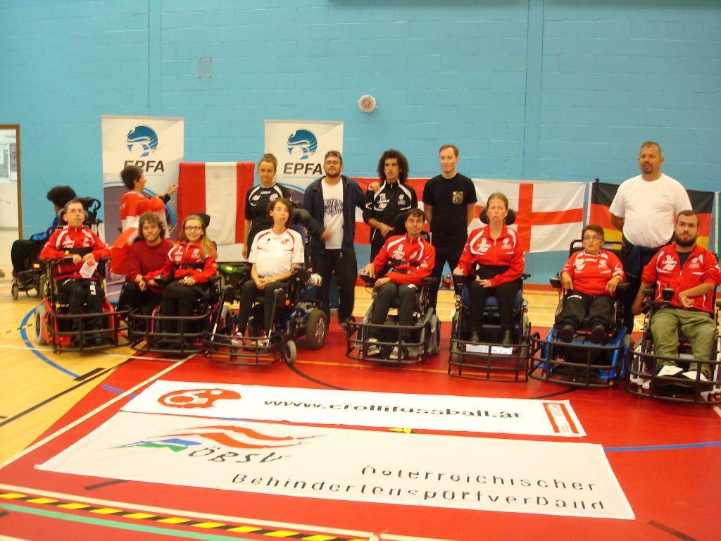 Gruppenfoto des österreichischen E-Rolli Fussball Teams in Sevenoaks