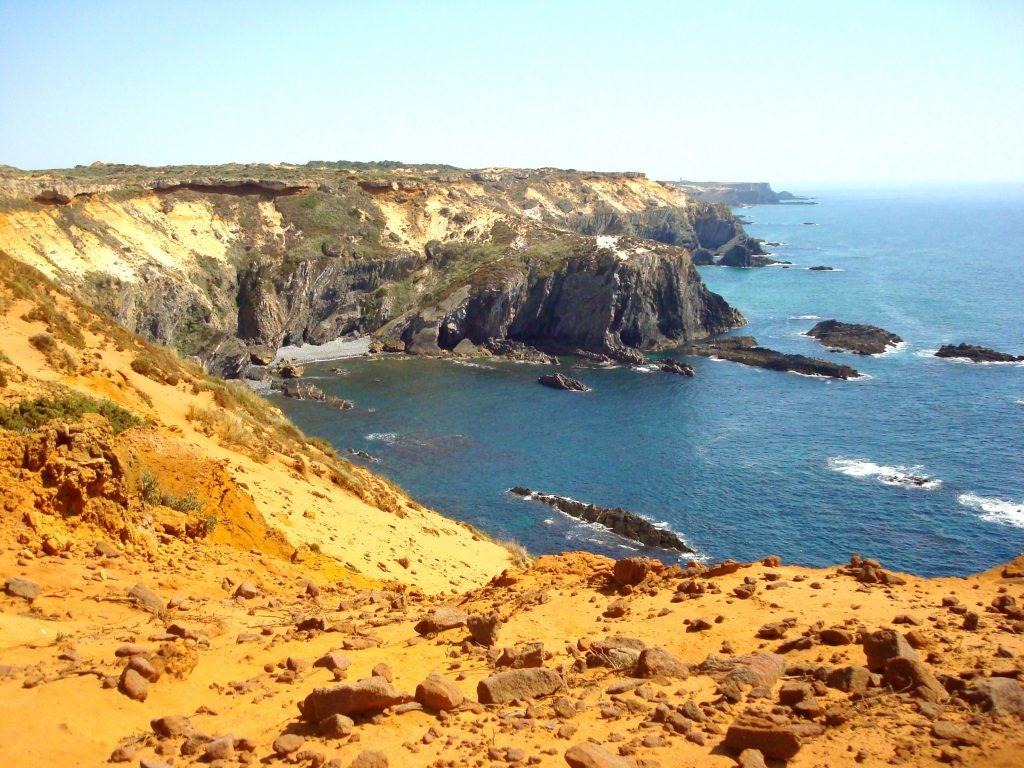 Die orangenroten Klippen am Weg von Almograve zum Cabo Sardão