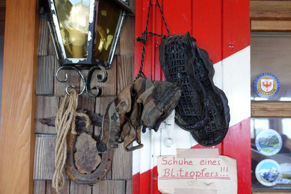 Schuhe eines Blitzopfers (Silianer Hütte am Karnischen Höhenweg)