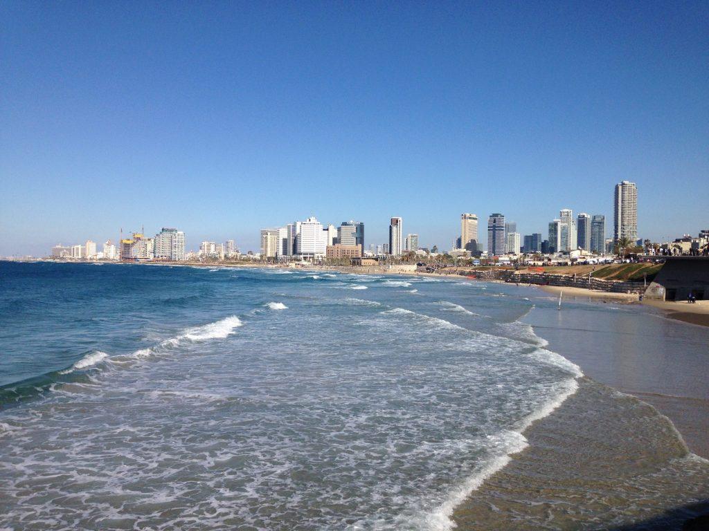 Das Meer und im Hintergrund sind die Hochhäuser der Stadt zu sehen
