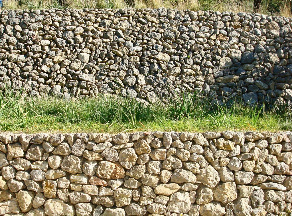 Eine typische Trockensteinmauer auf Mallorca