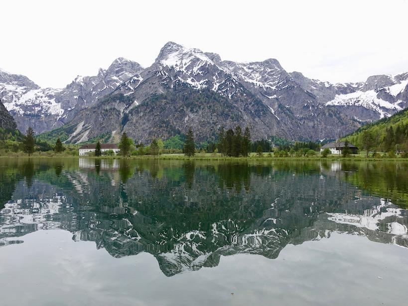 Bergpanorama mit einer identen Spiegelung im See