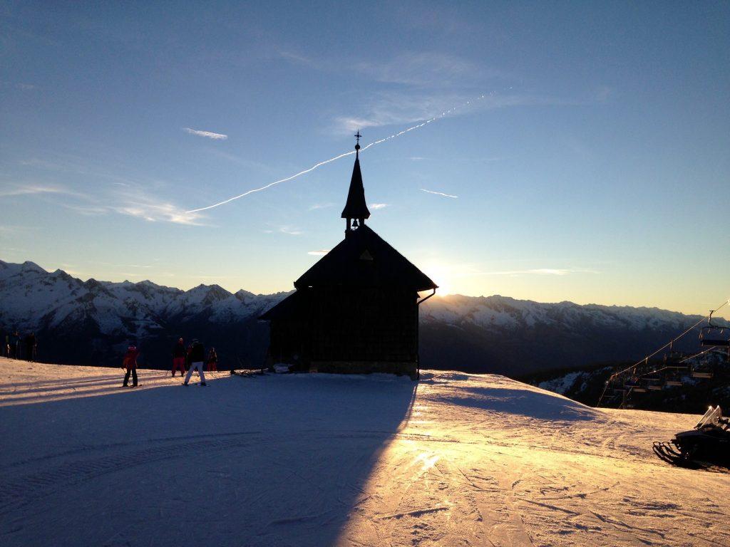 Die sonnenbeschienene Kapelle auf der Schmitten am späten Nachmittag